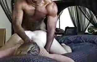 სექსი ჩაცმულ ქალსა და შიშველ სპორტული დარბაზი მამაკაცთა შორის