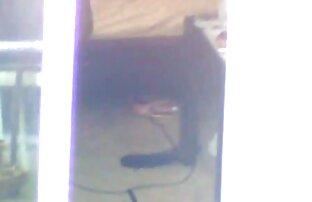 Teen ნაყვა, ცისფერი რეზინის ყლე სათამაშო მისი pussy ღია კარის, მისი ვიბრაცია.